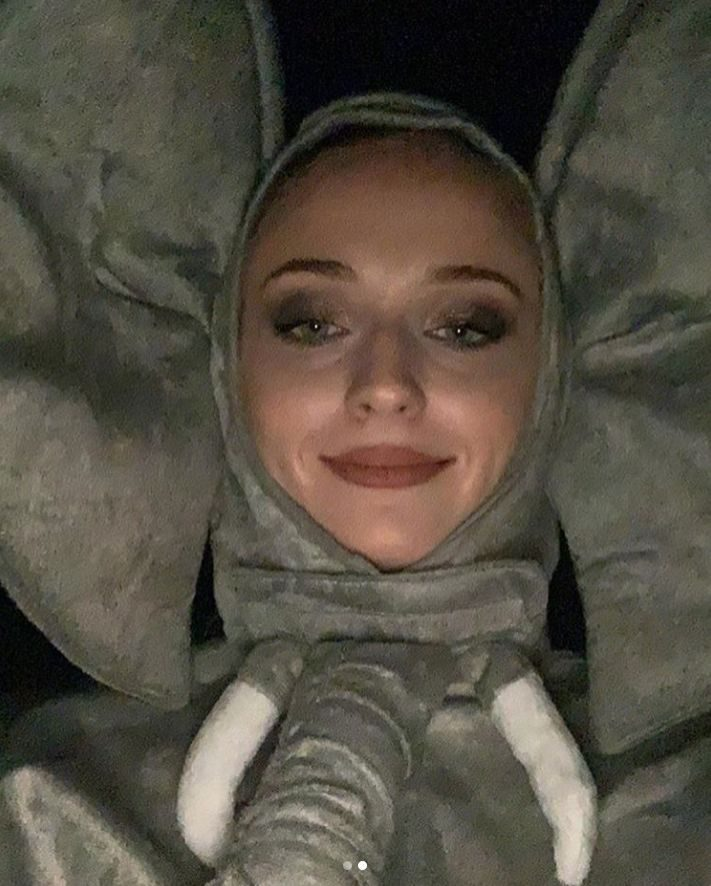 โซฟี เทอร์เนอร์ ชุดมาสคอตช้าง