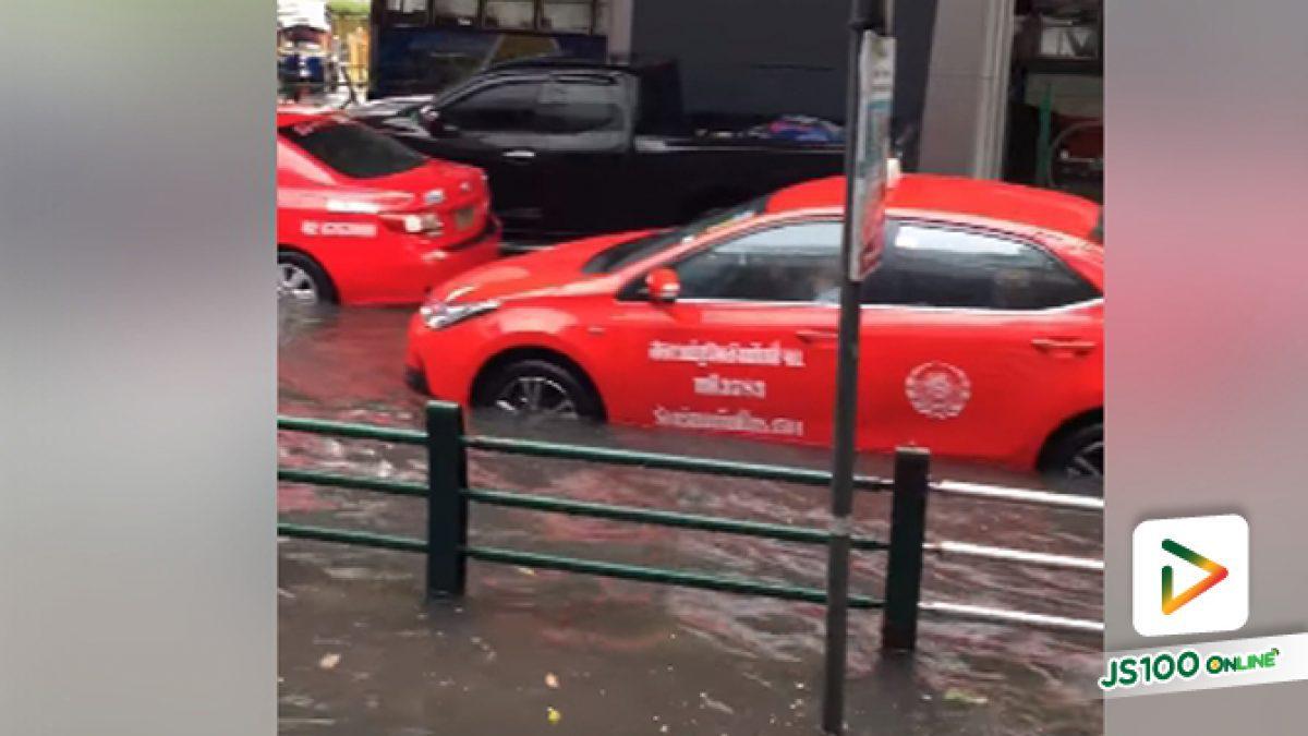 คลิปน้ำท่วมหลังฝนตกหนักที่หน้ามาบุญครอง (07-06-62)