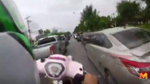 จวกยับ!! หนุ่มยกล้อในช่วงรถติด ชาวเน็ตเตือนกลับขู่ฟ้อง พ.ร.บ.คอมพ์
