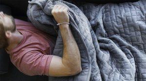 คนนอนหลับยากมีเฮ! นวัตกรรมใหม่ ผ้าห่มถ่วงน้ำหนัก กล่อมให้หลับ ใน 7 นาที