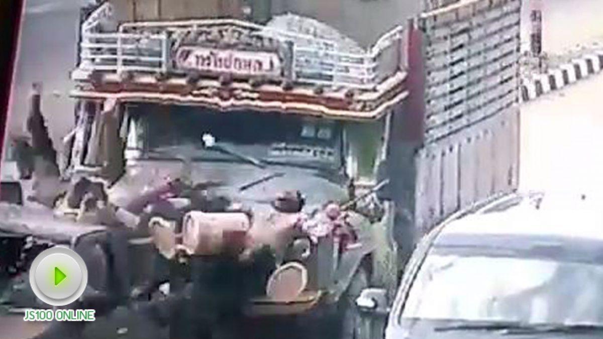 วินาทีรถบรรทุกหิน เบรคแตกพุ่งชนรถกระบะ กลางเมืองสุพรรณบุรี  เสียชีวิต 1 คน บาดเจ็บอีกหลายคน (9-12-2560)