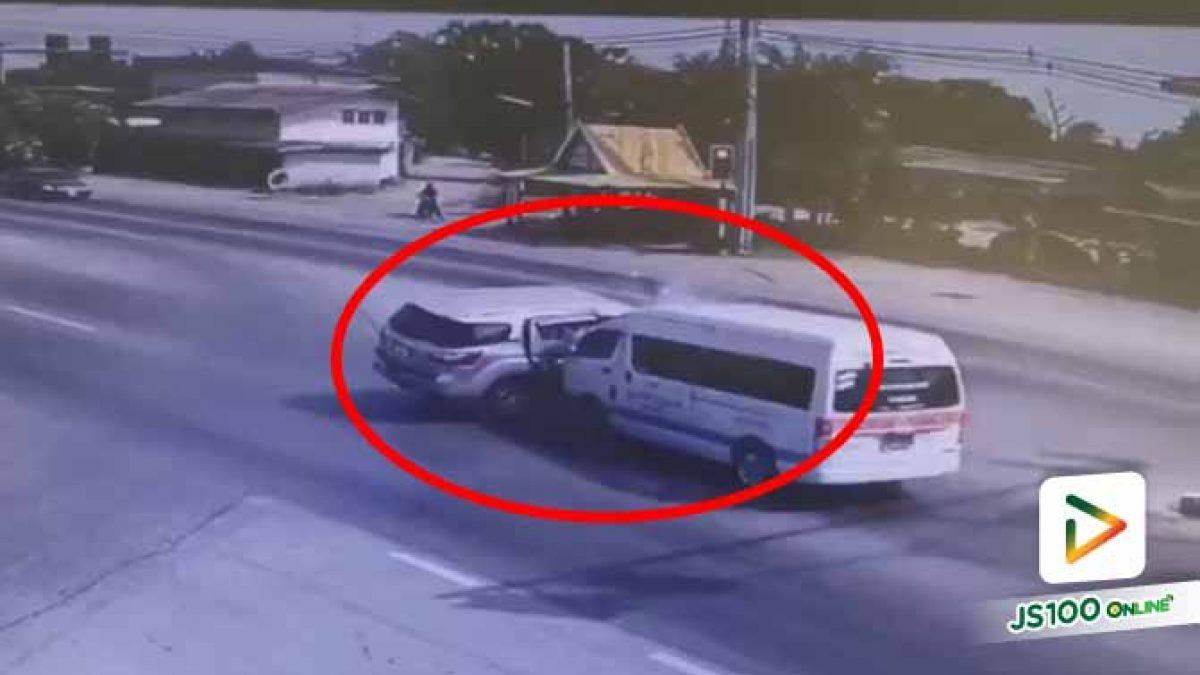 นาที! รถ SUV ขับฝ่าไฟแดง รถตู้มาไวเบรคไม่ทันพุ่งชนกลางลำ บาดเจ็บ 9 คน