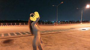 แลกยอดไลค์! สาวไม่สนโลก แก้ผ้าเปลือยกายบนสะพาน