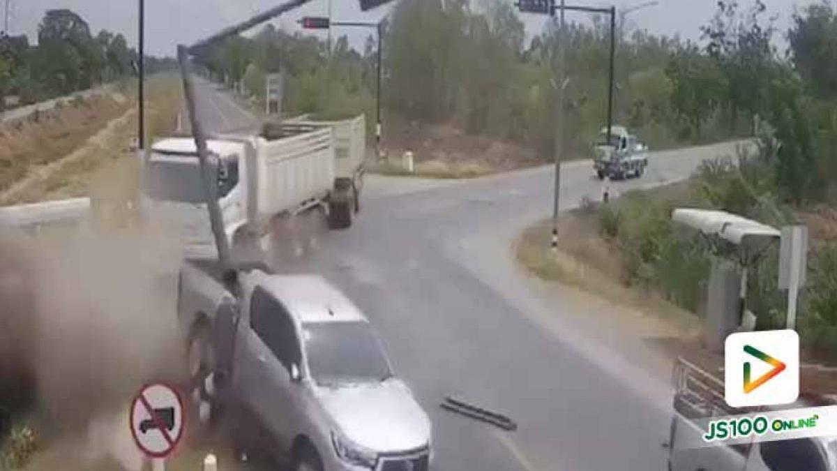 ปิคอัพแซงรถบรรทุกไม่พ้น ถูกชนพุ่งโดนเสาสัญญาณไฟพังเสียหาย