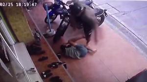 ตำรวจจับได้แล้ว ชายหนุ่มทำร้ายเด็ก 16 จนสลบ แม้เหยื่อยกมือไหว้ขอชีวิต