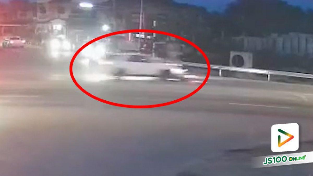 จยย.ฝ่าไฟแดง เจอรถ SUV ขับผ่านแยก ก่อนพุ่งชนเต็มแรง เสียชีวิต 1 คน สาหัส 1 คน (16/09/2021)