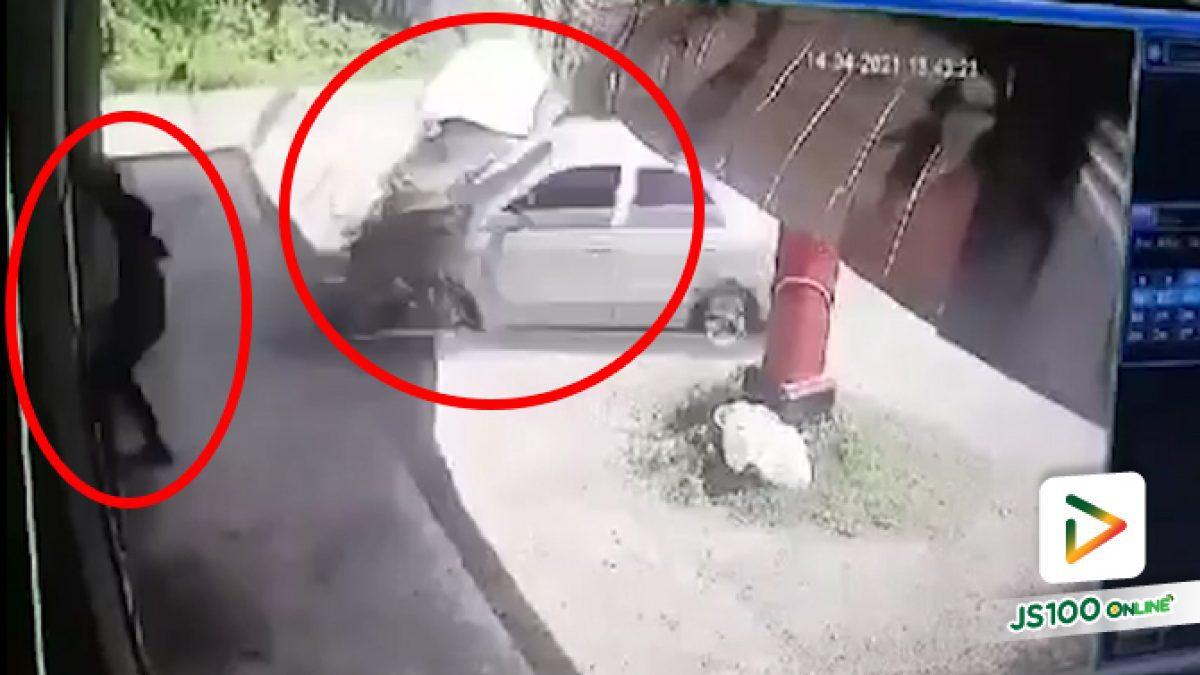 เล็กซัสเสียหลักพุ่งชนเก๋งจอดข้างทางเต็มแรง เจ้าของรถกระโดดหลบ รอดหวุดหวิด