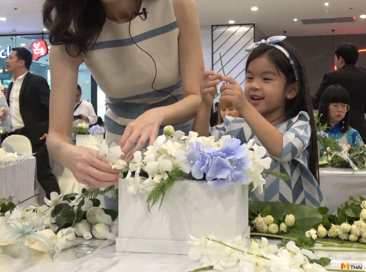 น้องมะลิ ช่วยแม่โบว์จัดดอกไม้