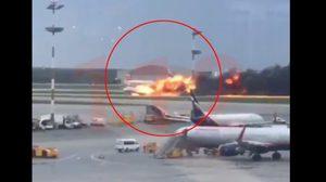 คลิปนาที เครื่องบินรัสเซียไฟลุ่มท่วม ขณะลงจอด