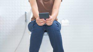 หยุด! นั่งเล่นมือถือในห้องน้ำนานๆ เสี่ยงเป็น ริดสีดวงทวาร