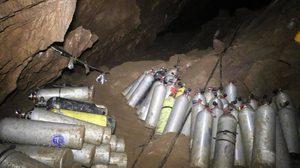 เปิดภาพล่าสุดในถ้ำหลวง พบอุปกรณ์ช่วยกู้ชีพ 13 หมูป่ายังค้างเพียบ