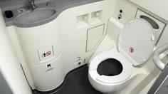 วิธีใช้ ห้องน้ำบนเครื่องบิน เรื่องง่ายๆ ที่ควรรู้