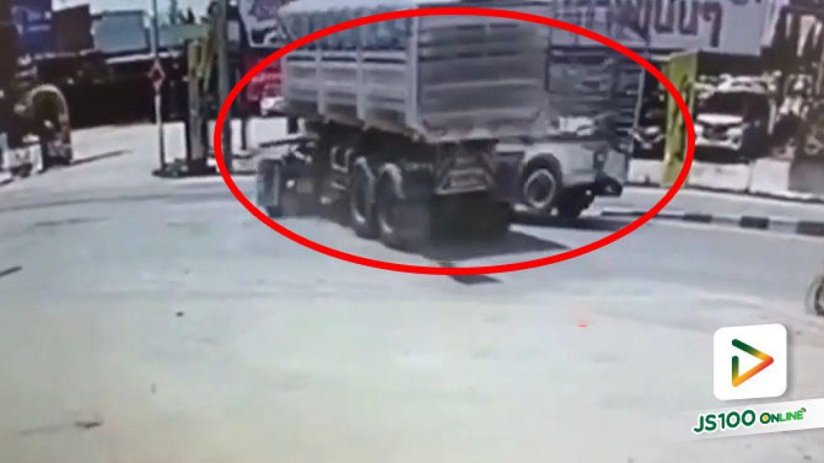 รถบรรทุกตีวงเลี้ยวกลับรถ ปิคอัพมาไวพุ่งชนกลางลำเต็มแรง