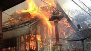 เกิดเหตุเพลิงไหม้บ้านเรือนประชาชน ย่านเจริญกรุง วอดทั้งหมด 6 เสียหายอีก 3