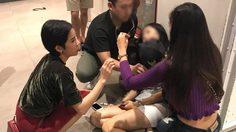ชื่นชม ! สองสาวสวยเข้าช่วยนักท่องเที่ยวชาวเกาหลีเป็นลมกลางห้าง