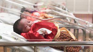 โรงพยาบาลพญาไทศรีราชาทำเก๋ แต่งชุดไทยให้หนูน้อยแรกเกิด ช่วงเทศกาลสงกรานต์