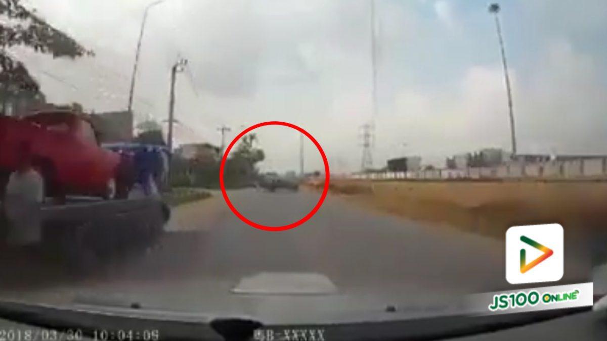 รถยนต์ชนกัน..เพราะหักหลบรถกระบะที่เลี้ยวจากซอย (4-4-61)