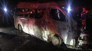 สลด! รถตู้ขนต่างด้าว พุ่งอัดสิบล้อไฟลุก ย่างสดยกคัน 14 ศพ