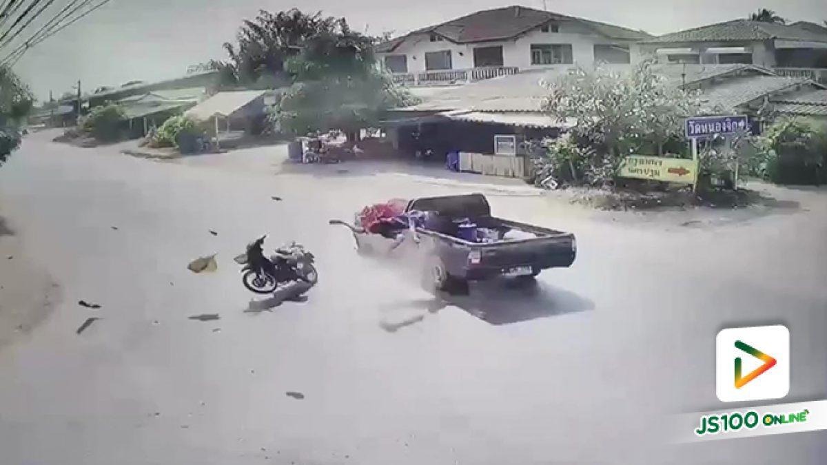ชนเต็มๆ จยย.ขับข้ามแยกวัดใจ ปิคอัพพุ่งชนเต็มแรง กระเด็นกลางถนน
