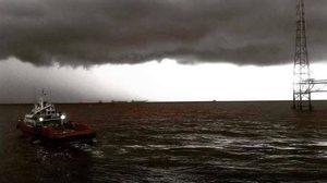 เปิดภาพเมฆดำทะมึน เหนือทะเลอ่าวไทย ขณะที่ขนอม คลื่นสูงซัดเข้าฝั่ง จากฤทธิ์พายุปาบึก