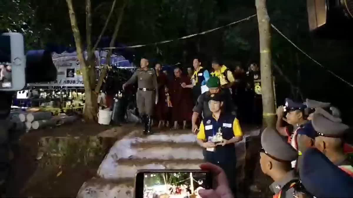 'พระครูบาบุญชุ่ม' ทำพิธีเปิดถ้ำหลวงรอบ 3 ให้ทีมหมูป่าทั้ง 13 ชีวิต ออกมาอย่างปลอดภัย