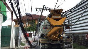 รถโม่ปูนขับเกี่ยวสายไฟ ถ.สุทธิสาร ทำเสาไฟฟ้าหัก 2 ต้น