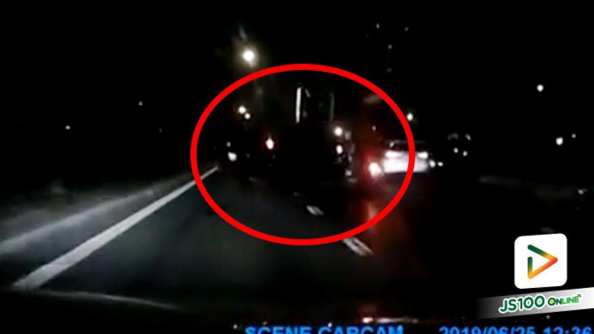 ตามหา! รถยนต์ซิ่งปาดขวาสุดมาซ้าย ก่อนชนจยย.ล้มแล้วเหยียบล้อพัง หลบหนี