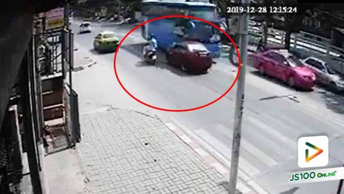 คลิปอุบัติเหตุรุนแรงบนถ.เฉลิมพระเกียรติ ร.9 ชายคนขับรถเก๋งเสียชีวิต (28-12-62)