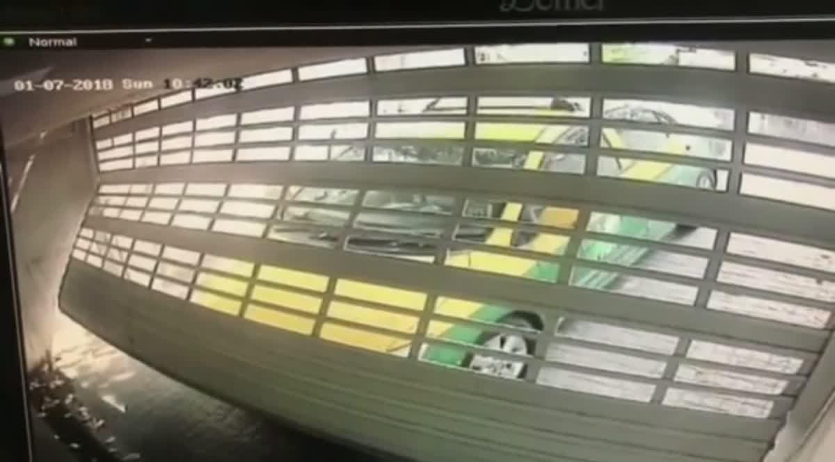 รถแท๊กซี่ส่วนบุคคลสีเขียวเหลือง ขับชนประตูบ้านในซ.ทองหล่อ13