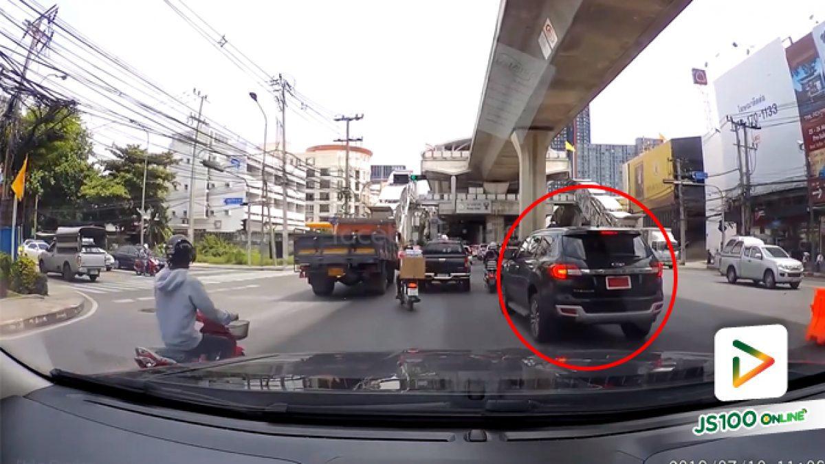 คลิปรถ SUV อยู่เลนขวาสุดแต่จะเลี้ยวซ้ายเข้าซอย (12-06-62)
