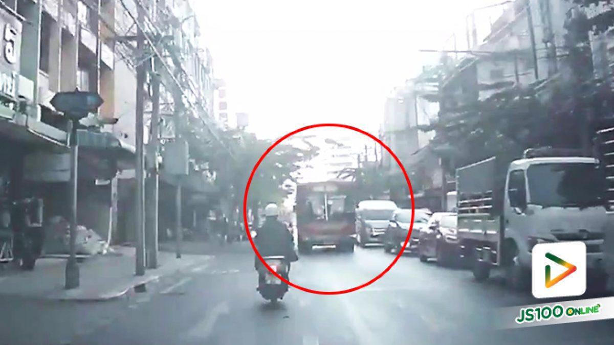 ย้อนศรไม่สนใคร! รถเมล์มินิบัส สาย 1 เปิดเลนขับย้อนศร บนถนนเจริญกรุง