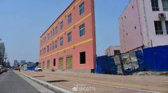 แปลกตา ! ตึก 3 ชั้นที่จีน คล้ายกับแผ่นป้ายโฆษณา