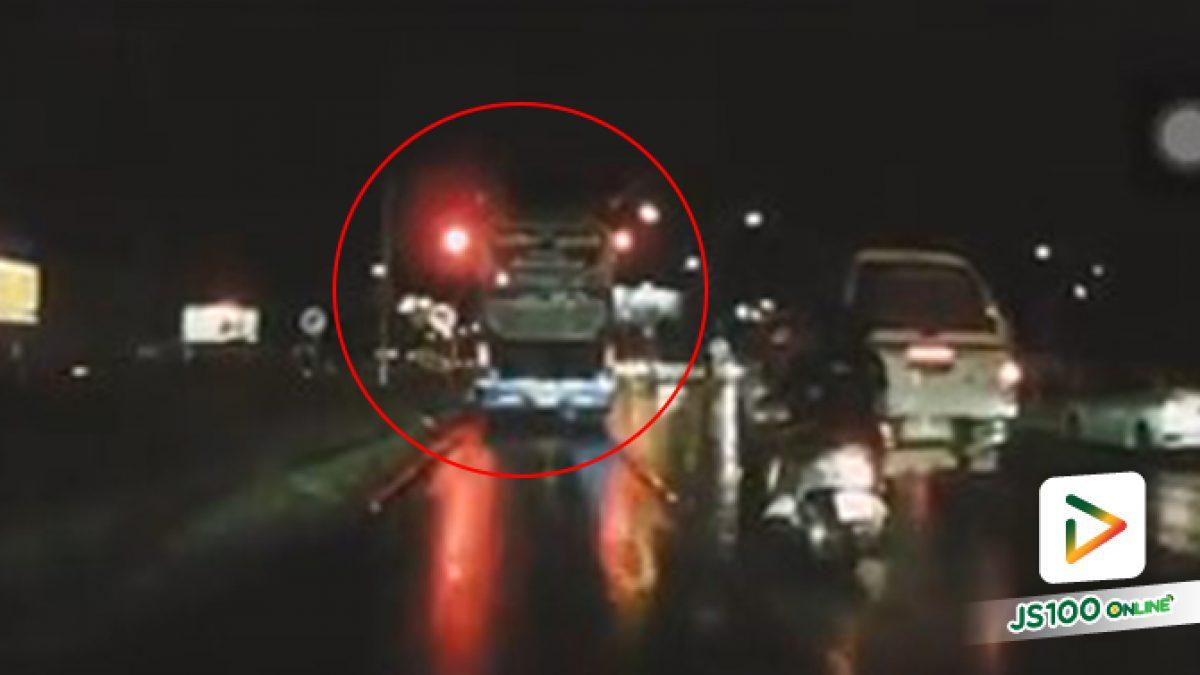 ไฟแดงไปแล้วตั้ง 3 วินาที..!? รถทัวร์โคราช ขับผ่านสี่แยกพีกาซัสหน้าตาเฉย ทะเบียนชัดขนาดนี้ ขนส่งฯว่าอย่างไร