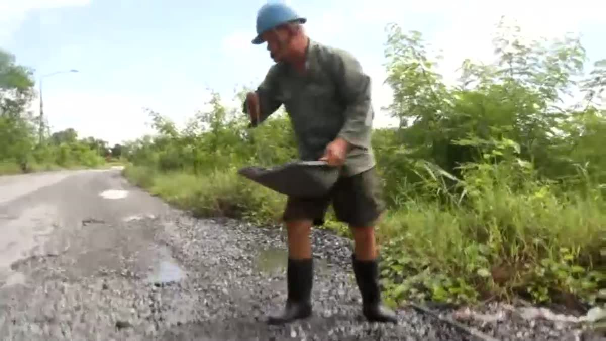 เฒ่าพิการแขนขาดขี่จยย. ออกซ่อมถนนเป็นหลุมเป็นบ่อทุกวัน