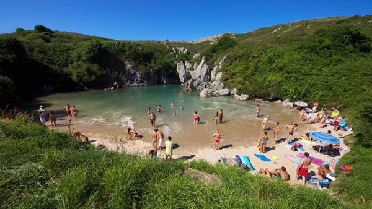 Playa de Gulpiyuri beach ชายหาดและทะเลที่เล็กที่สุดในโลก