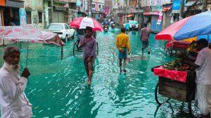 แปลกตา! น้ำท่วมขังสีฟ้า ที่บังกลาเทศ