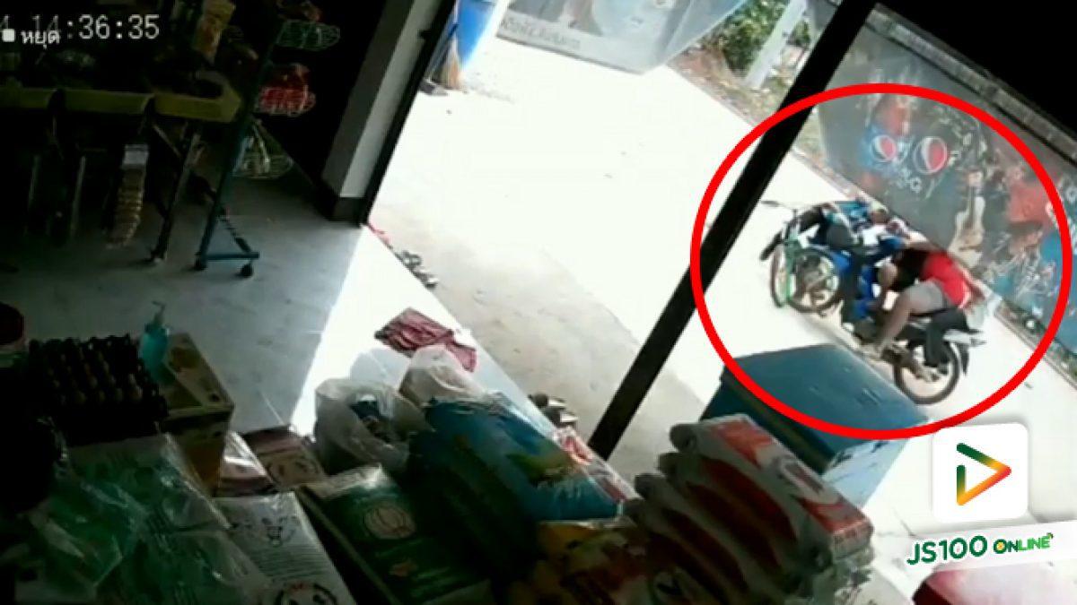 เด็กชายปั่นจักรยานวนรถตัดหน้า จยย.ที่ขี่มาไวชนล้มระเนระนาด (04/03/2021)