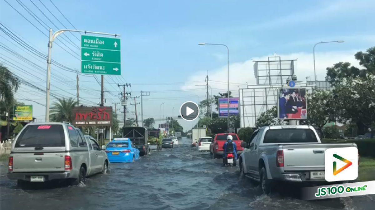 หลังฝนตกหนักทำให้น้ำท่วมขังสูงบนถนนสรงประภา รถเล็กหลีกเลี่ยงเส้นทาง (16-10-61)