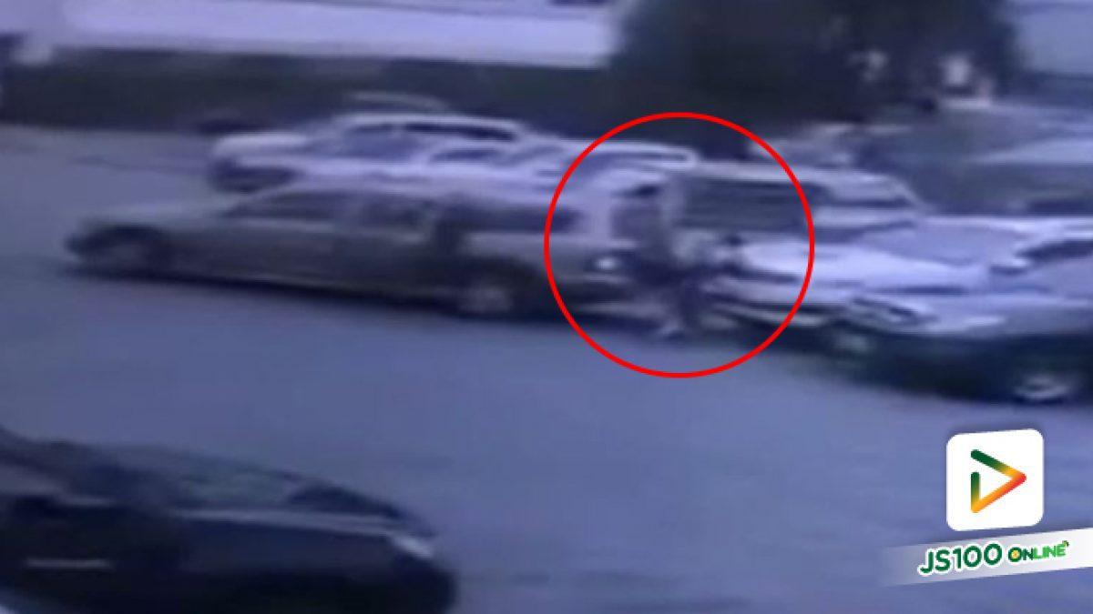 เหตุเกิดที่ลานจอดรถหมู่บ้านเอื้ออาทร นนทบุรี ถอยรถชนคนของตัวเองจนทรุด ก่อนหลบหนี (16-06-61)