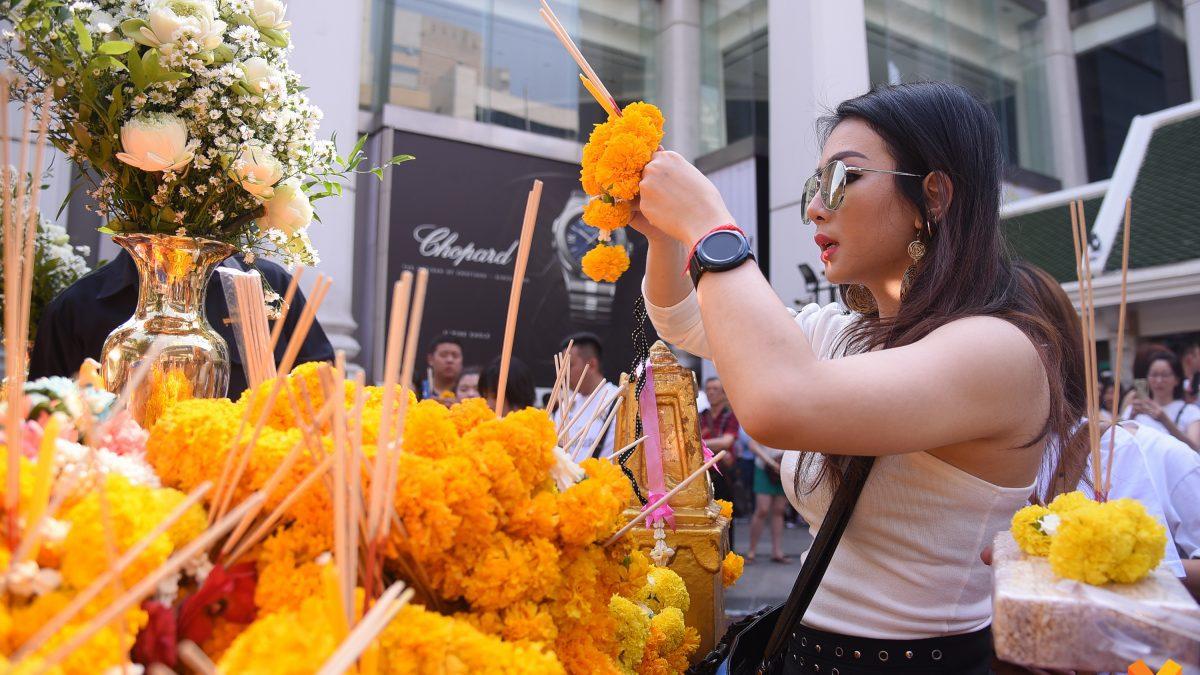 วันเกิดพระพรหมเอราวัณ ชาวไทย- ต่างชาติ แห่ขอพรแน่นขนัด ครบรอบ 63 ปี อัญเชิญประดิษฐานหน้าโรงแรมเอราวัณ