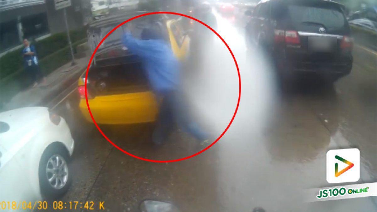 คลิปแท็กซี่ใจร้อนคว้าไม้ท้ายรถจะตีคนอื่น (30-04-61)