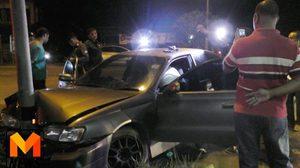 ระทึก! ตำรวจไล่ล่าเก๋งซิ่งแหกด่าน จนมุมหนีไม่รอด พุ่งชนเสาไฟฟ้าริมถนน
