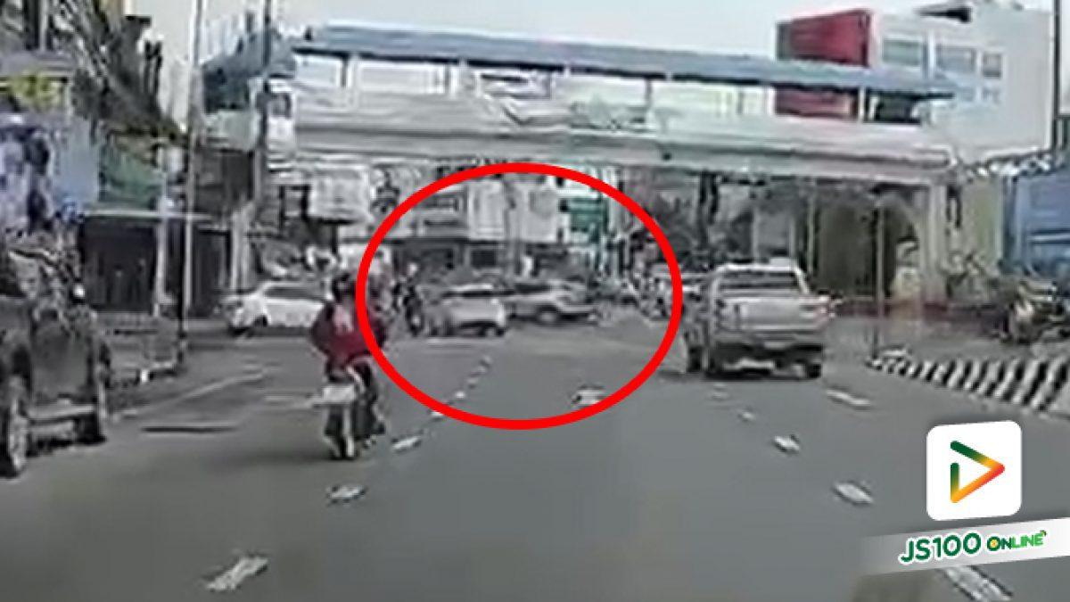 ตำรวจบอกประมาทร่วม?! เก๋งสีเทายูเทิร์นตัดหน้าหลบหนี ทำให้เก๋งสีขาวหักหลบไปชนจยย.ล้ม