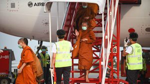 พระสงฆ์ พร้อมผู้แสวงบุญ กลับจากอินเดียถึงไทยแล้ว พร้อมกักตัว 14 วัน