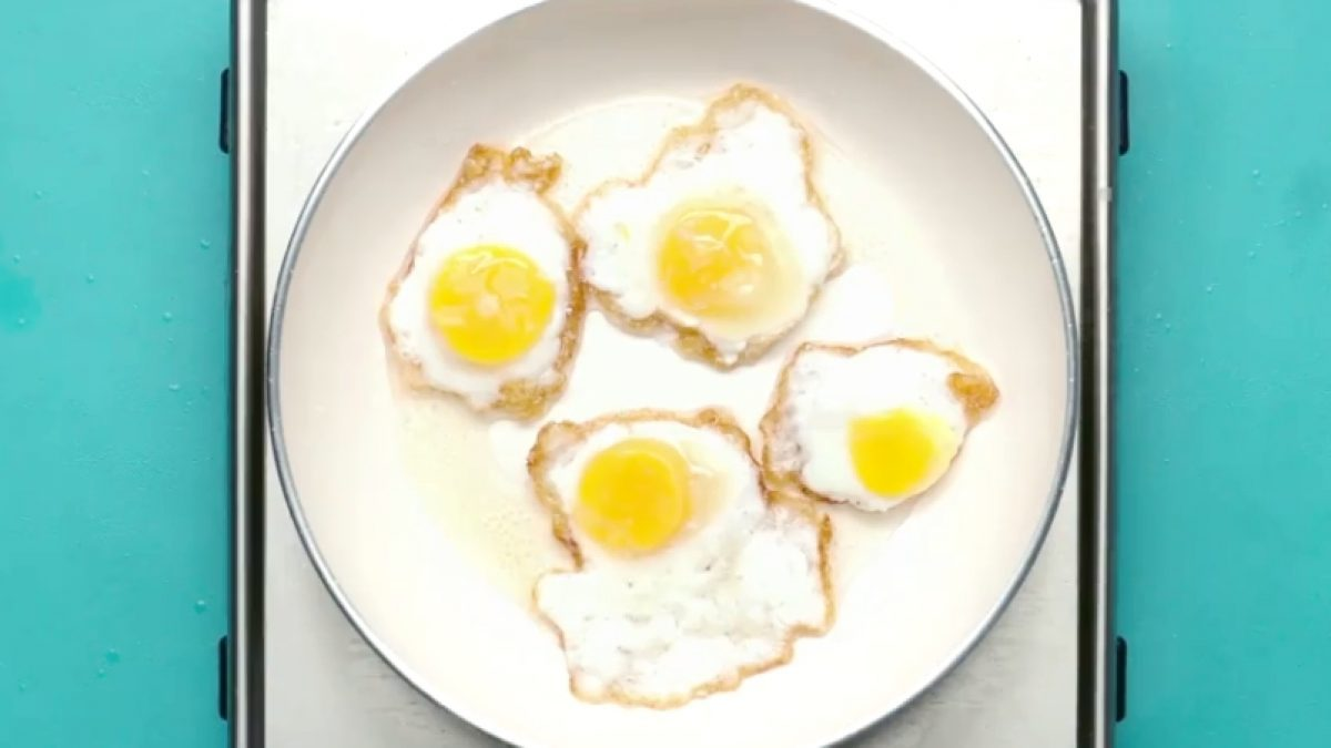 จะประหยัดไปไหน!! วิธีทอดไข่ดาว 4 ใบ ด้วยไข่ 1 ฟอง