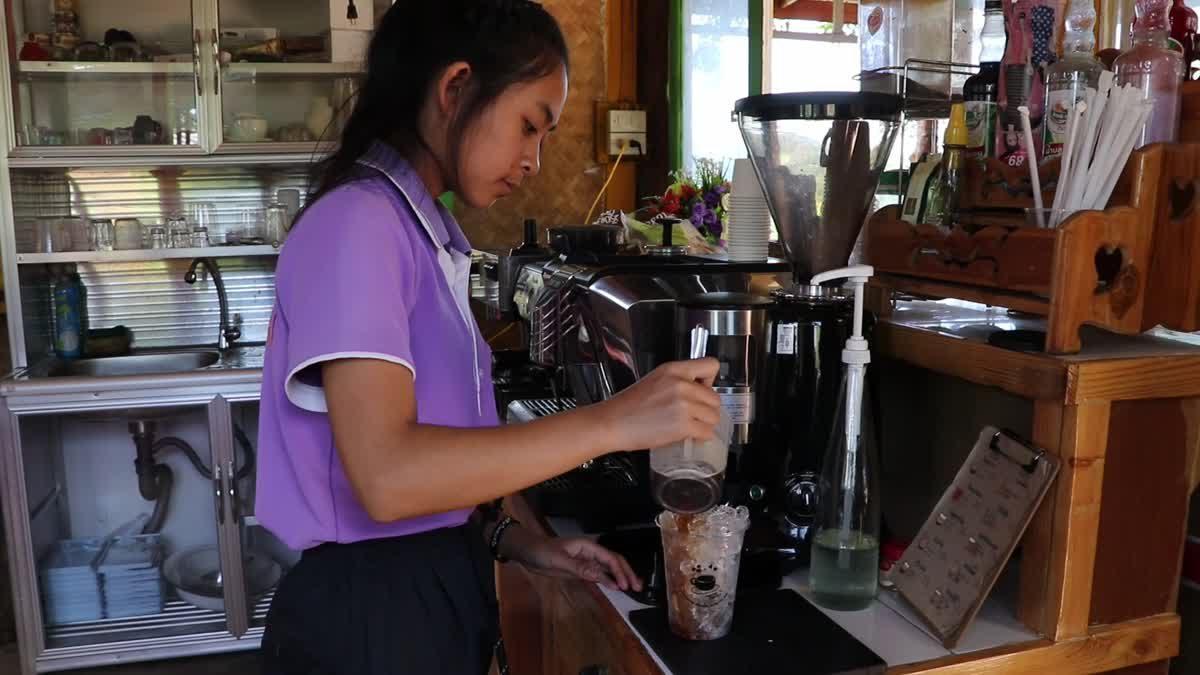 ฮือฮา! ร้านกาแฟในโรงเรียนกลางหุบเขา เด็กปกาเกอะญอเป็นบาริสต้า