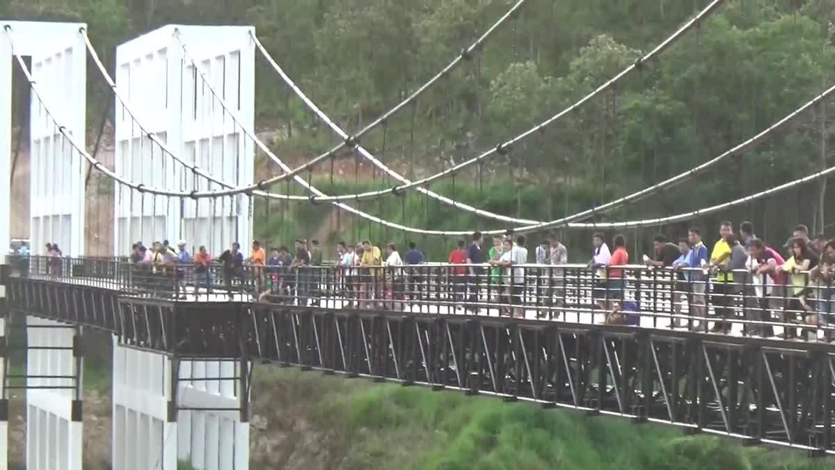 หนุ่มเมาสุรา ท้าเพื่อนกระโดดลงสะพานแขวน ร่างกระแทกพื้นดับ