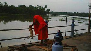 ฟังอีกมุม! เจ้าอาวาส แจงปมจับลูกหมาลงแม่น้ำบางปะกง แค่อาบน้ำกำจัดเห็บหมัด