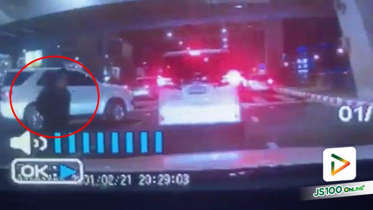 วินาทีชายชุดดำกระโดดให้รถเก๋งชนที่ท่าอากาศยานสุวรรณภูมิ แต่คนขับเบรคทัน แต่สุดท้ายถูกรถบัสทับจนเสียชีวิต