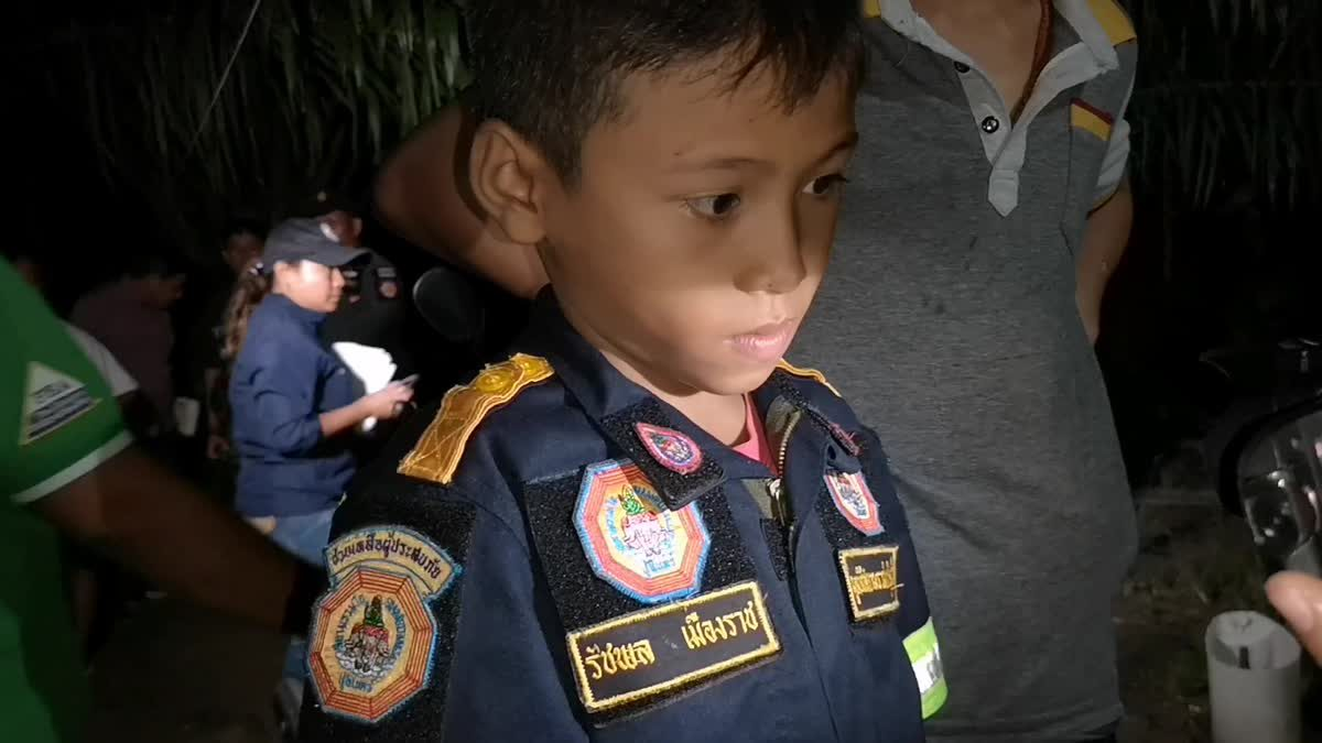ชื่นชมกู้ภัยจิ๋ววัย 8 ขวบ ตามพ่อแม่ช่วยเหลือผู้ประสบภัย